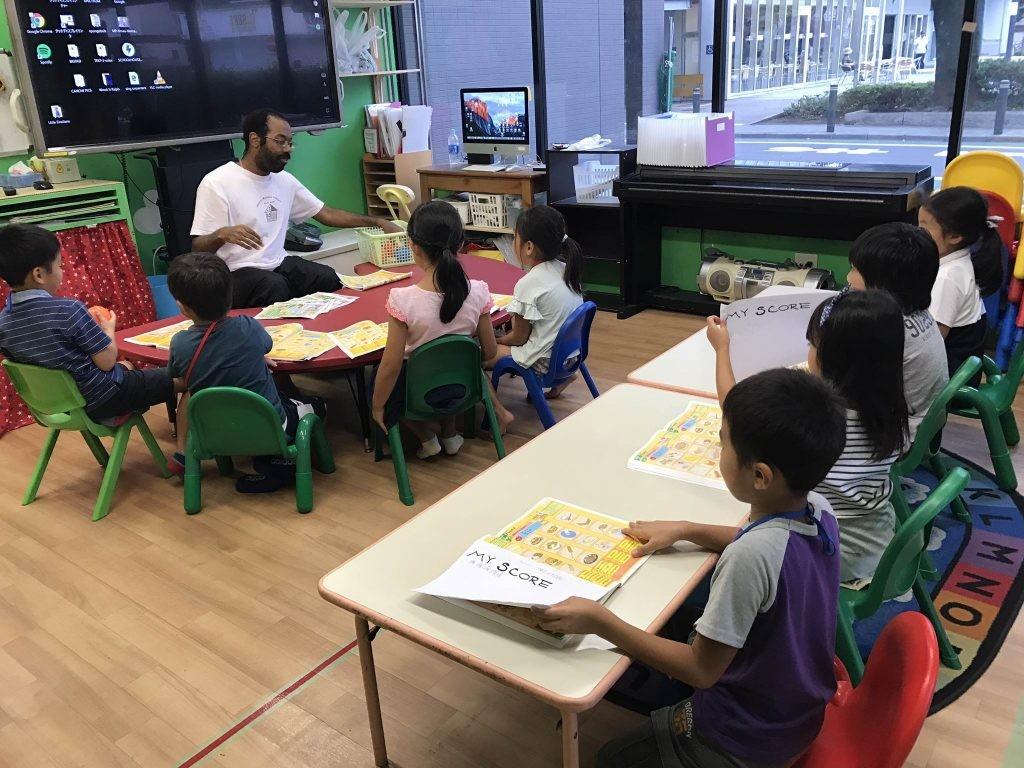 府中|英会話・小学生クラス|水曜日のインタージュニア・アクティビティを通して学ぶ