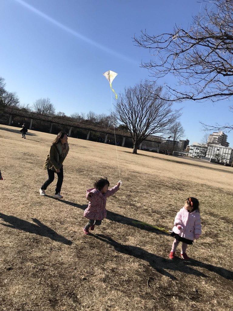 国分寺|インターナショナル・キンダーガーデン・プリスクール|新年の凧揚げイベント